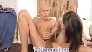 Este viejo se coje a una joven con tremendo pene