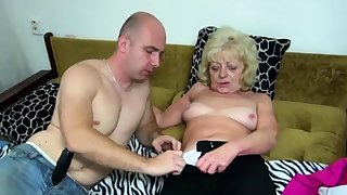Old mart bimbo gets her cunt dildoed