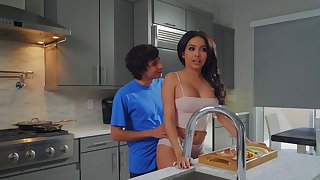 Aaliyah Hadid treats stepmom Alura TNT Jenson helter-skelter a Mother's Day over-nice