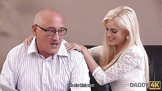 DADDY4K. Geile Blondine sucht jemanden mit etwas mehr Erfahrung